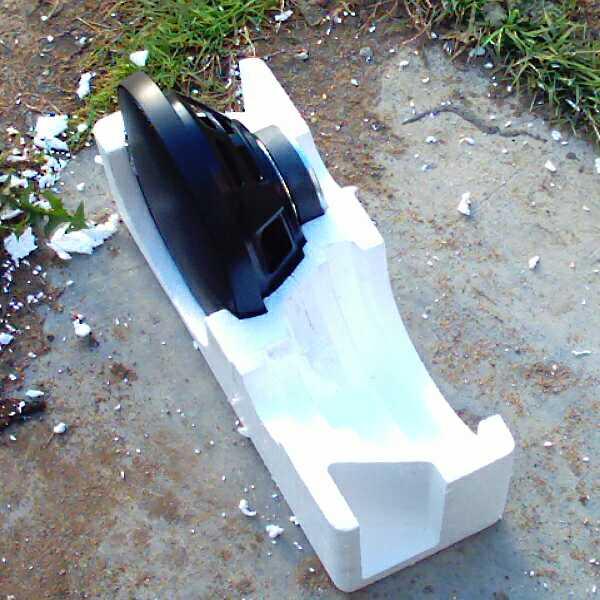 На фото показана одна из половинок пенопластовой упаковки в которой стоит динамик с решёткой, в том положении, в...
